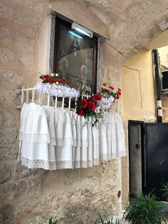Kapliczka w oknie - Bari, Włochy