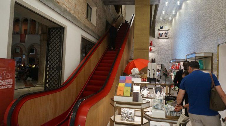 Czerwone schody w Fondaco dei Tedeschi