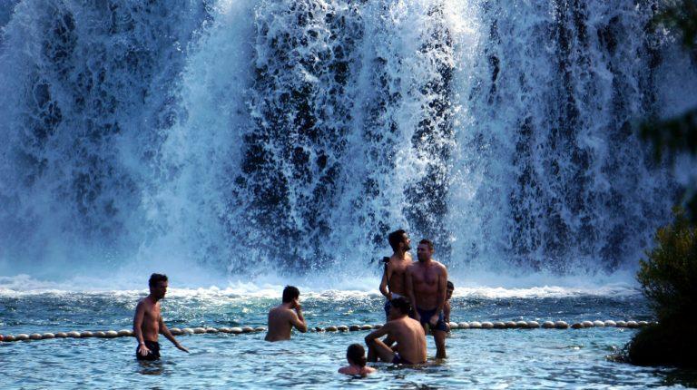 Kąpiel pod wodospadem Krka