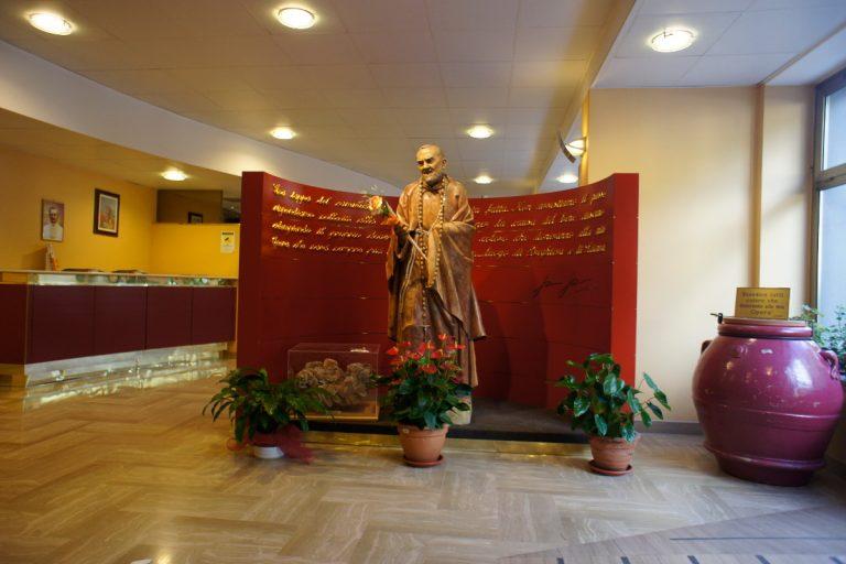 Rzeźba w budynku szpitala przedstawiająca św. Ojca Pio