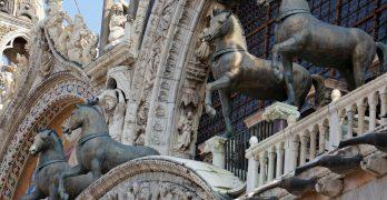 Kopie koni z brązu na fasadzie Bazyliki św. Marka