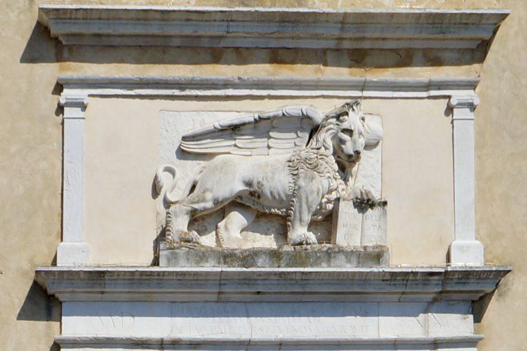 Lew na Bramie Porta Garibaldi w Chioggi