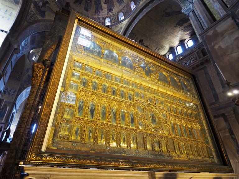 Złoty ołtarz we wnętrzu Bazyliki św. Marka