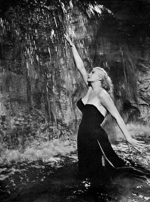 Anita Ekberg - La dolce vita, Federico Fellini [Public domain]