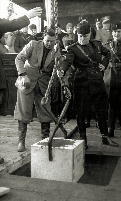 Mussolini kładzie kamień węgielny pod Cinecittà